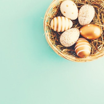 Pasen plat leggen van eieren in nest