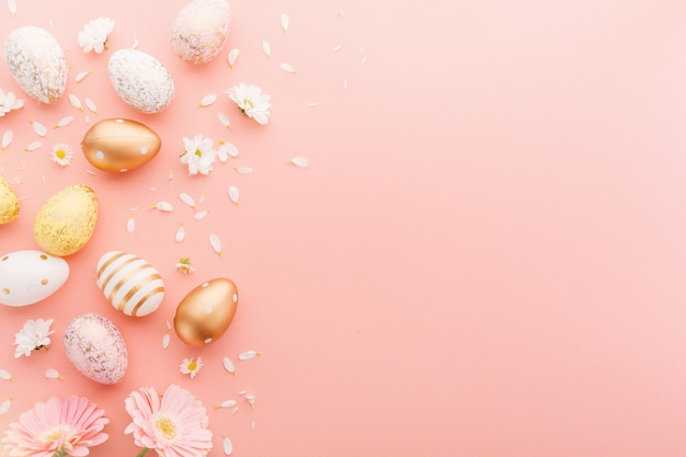 Pasen plat leggen van eieren met bloemen op roze