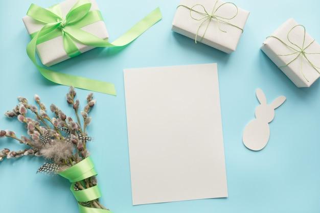 Pasen. pussy-willow bos en cadeau op blauw.
