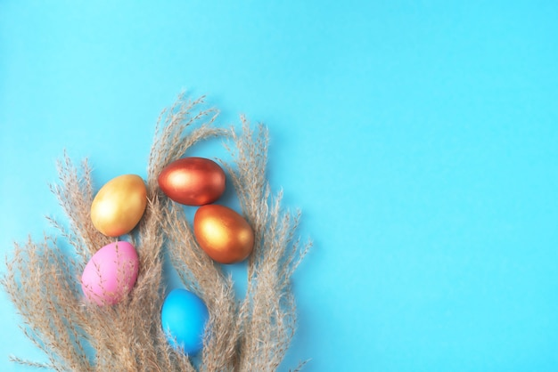 Pasen-reeks gekleurde eieren op heldere blauwe achtergrond pasen-vakantiedecoratie