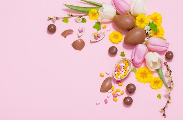 Pasen roze achtergrond met eieren en bloemen