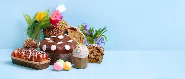 Pasen-samenstelling die van brood en eieren over blauwe ruimte wordt gemaakt