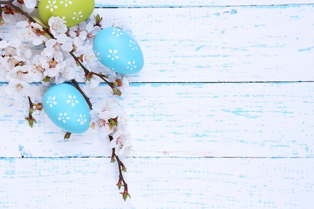 Pasen samenstelling met bloeiende takken op houten tafel close-up