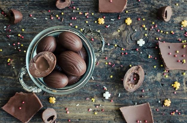 Pasen-samenstelling met chocolade-eieren
