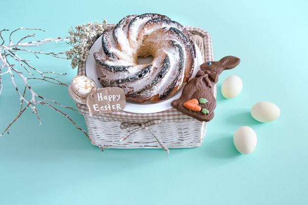 Pasen-samenstelling met eieren en cupcake op gekleurd.