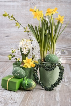 Pasen-samenstelling met eieren en gele narcissen