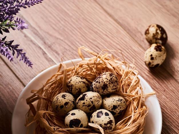 Pasen-samenstelling met eieren op houten lijst, ruimte voor tekst