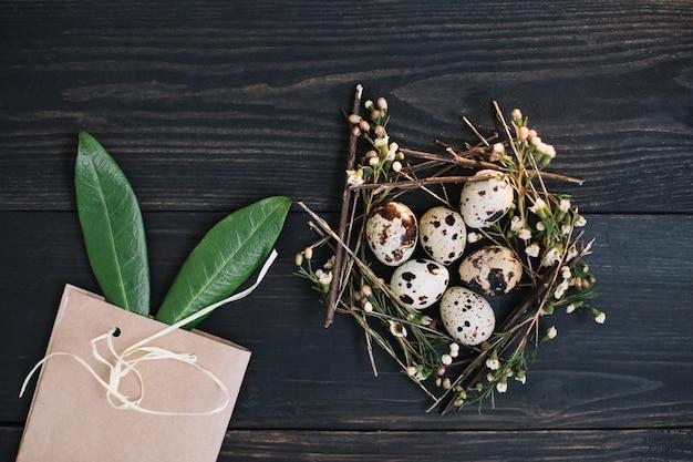 Pasen-samenstelling met eieren, wilgentakken, konijnenoren en decoraties op donkere achtergrond