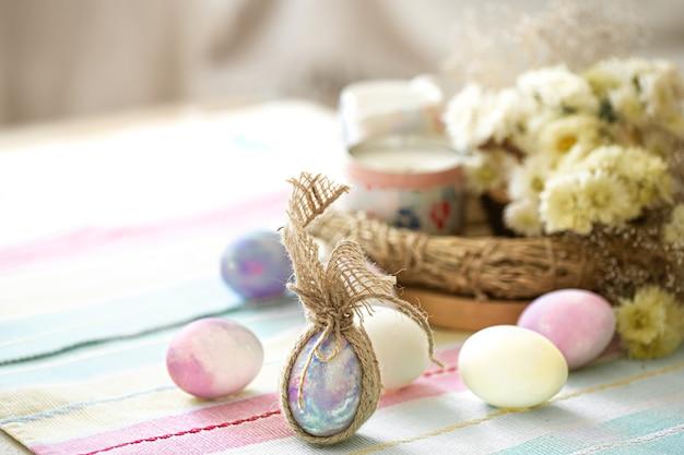 Pasen-samenstelling met feestelijke eieren op vage ruimte dichte omhooggaand.