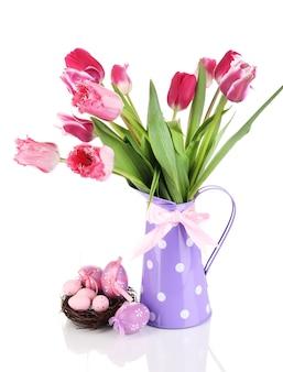 Pasen-samenstelling met verse tulpen en paaseieren die op wit worden geïsoleerd