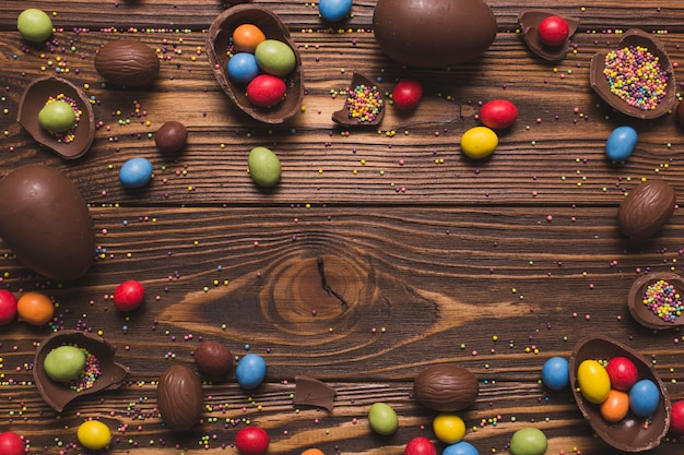 Pasen-snoepjes op houten achtergrond