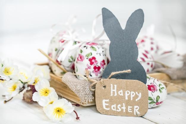 Pasen-stilleven met eieren en konijn