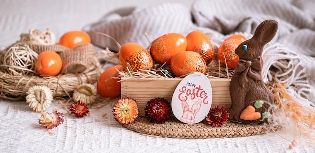 Pasen-stilleven met oranje eieren, vakantiedecor.