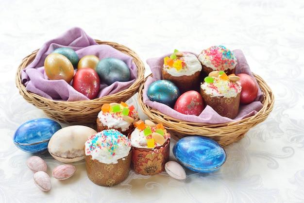 Pasen stilleven. pasen taarten. pasen gekleurde eieren. chocolade eieren.