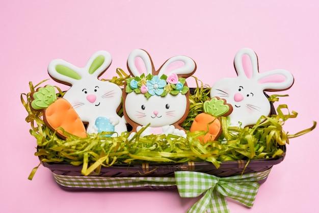 Pasen-suikerkoekjes die met kleurrijk suikerglazuur worden verfraaid
