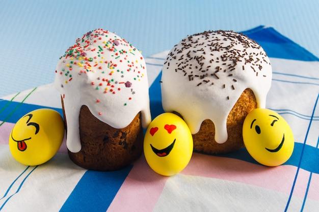 Pasen taarten en emoji eieren