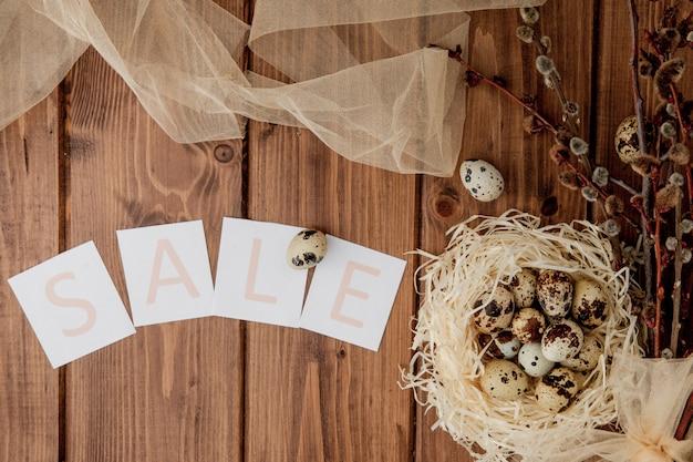Pasen-verkoopbericht met paaseieren. bovenaanzicht