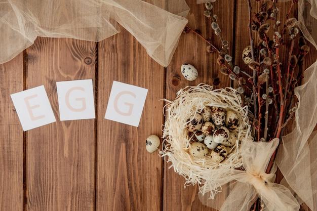 Pasen-verkoopbericht met paaseieren op een houten achtergrond. bovenaanzicht