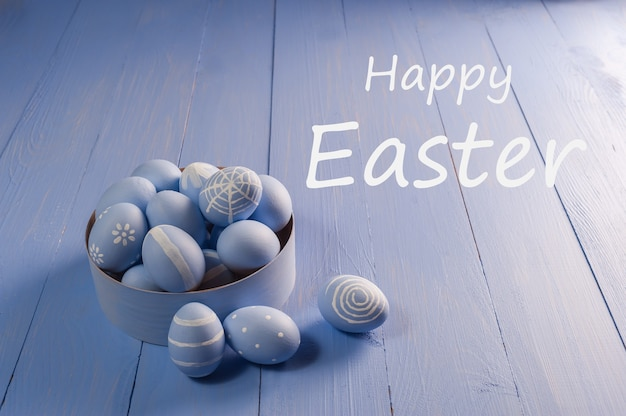 Pasen-wenskaart met kleurrijke eieren, vakantieachtergrond voor uw decoratie. eieren zoeken, happy easter belettering tekst