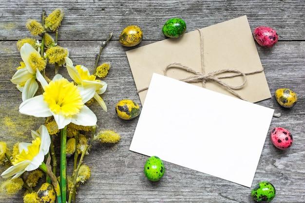 Pasen-wenskaart met paaseieren en lentebloemen