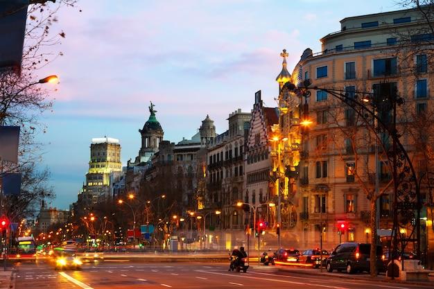 Paseo de gracia in de winter zonsopgang. barcelona, spanje