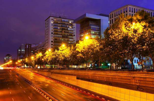 Paseo de la castellana in de zomernacht. madrid