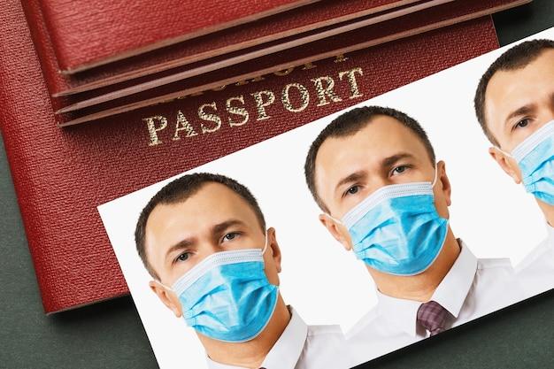 Pasfoto's van een man met een medisch masker een grap over de uitvoering van officiële documenten