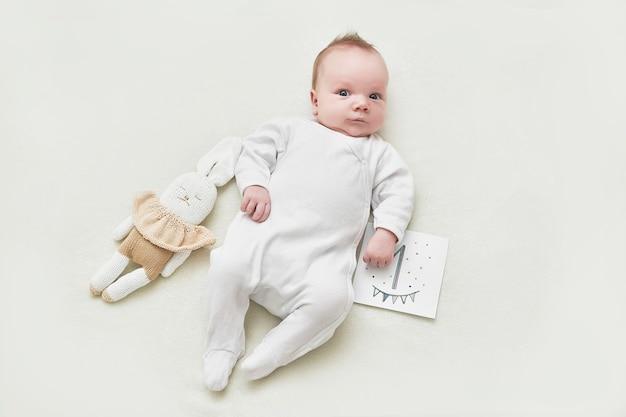 Pasgeboren 1 maand babyjongen op witte achtergrond. geneeskunde en gezondheidsconcept, gelukkig moederschap en vaderschap. kraamkliniek en kliniek. vader en moeder dag