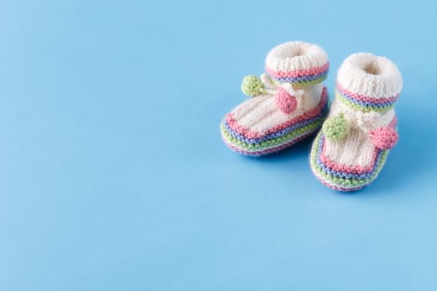 Pasgeboren aankondiging baby slofjes op blauw met kopie ruimte