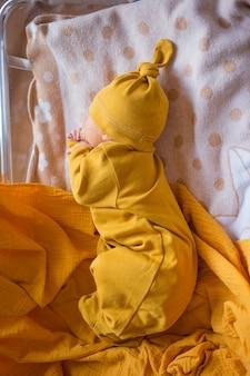 Pasgeboren baby eerste levensdagen in verloskamer. baby slaapt in het ziekenhuis na de bevalling.