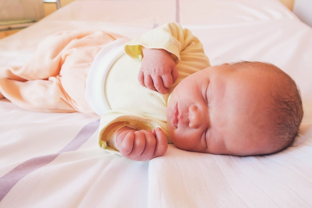 Pasgeboren baby eerste levensdagen in verloskamer baby slaapt in ziekenhuis na bevalling