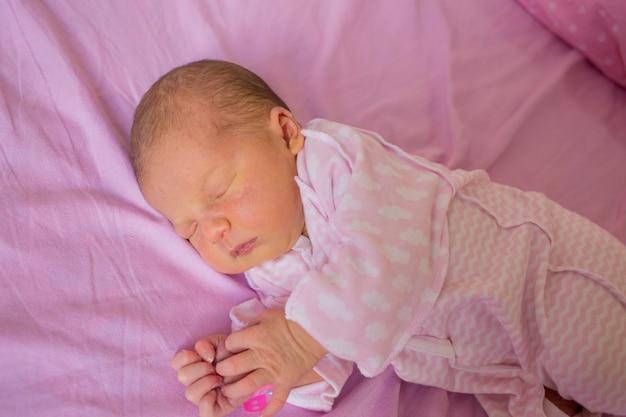 Pasgeboren baby eerste levensdagen in verloskamer.