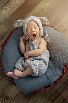 Pasgeboren baby gaapt, twee weken oud