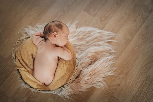 Pasgeboren baby gewikkeld in een deken slapen in een mand. concept van kindertijd, gezondheidszorg, ivf. zwart-wit foto