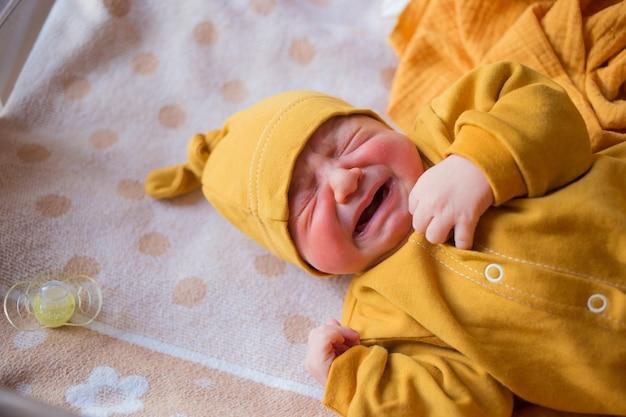 Pasgeboren baby huilt van gas, koliek. een kind geboren in de herfst. pasgeboren in het ziekenhuis een kind geboren in de herfst. pasgeboren in het ziekenhuis