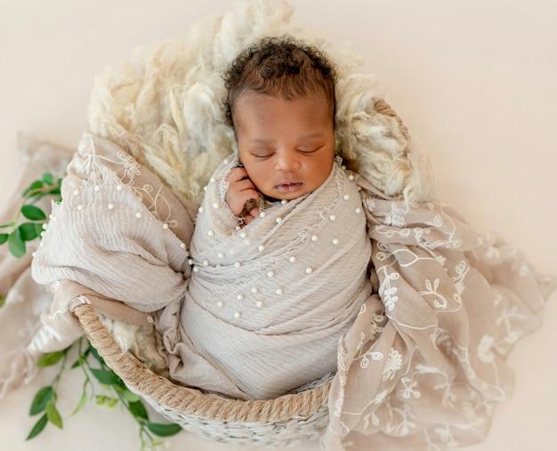 Pasgeboren baby in de mand