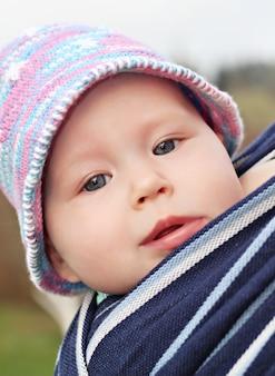 Pasgeboren baby in de slinger