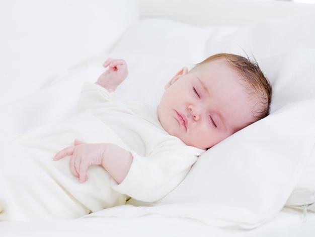 Pasgeboren baby in zoete dromen