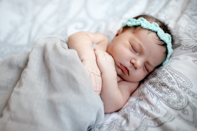 Pasgeboren baby met mama en papa thuis