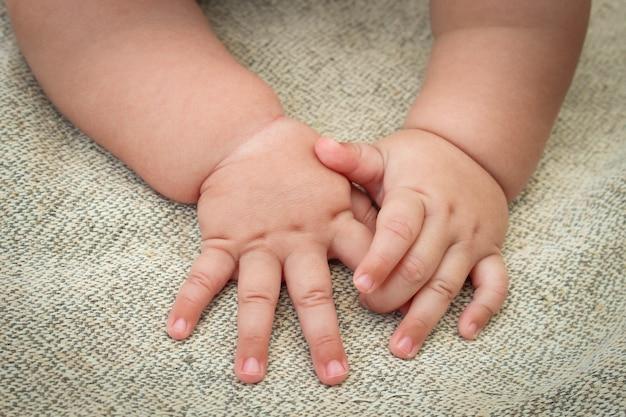 Pasgeboren baby's handen