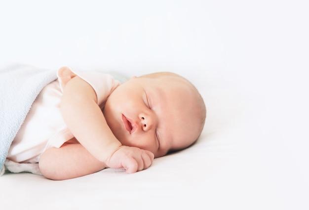 Pasgeboren baby slaap eerste dagen van het leven. schattig klein pasgeboren kind dat vredig slaapt