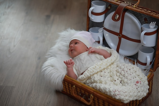 Pasgeboren baby slaapt gewikkeld in een warme deken