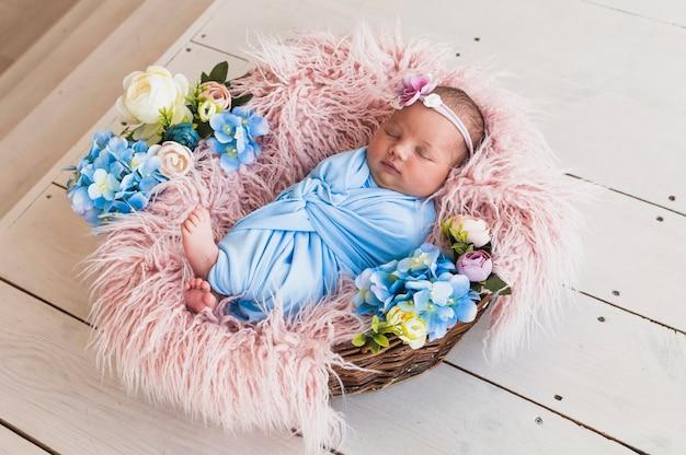 Pasgeboren baby slaapt in de mand