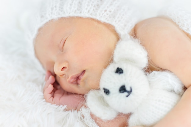 Pasgeboren baby slaapt in een hoed