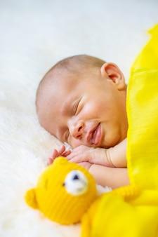 Pasgeboren baby slaapt o