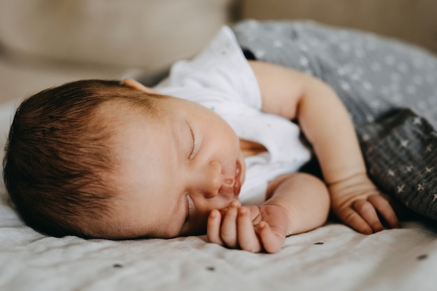 Pasgeboren baby slaapt op haar zij