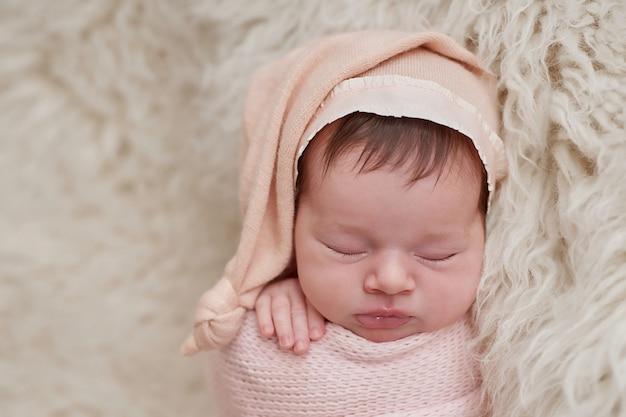 Pasgeboren baby slapen. gezond en medisch concept. gezond kind, concept van ziekenhuis en gelukkig moederschap. baby baby. gelukkige zwangerschap en bevalling. thema voor kinderen. baby- en kinderartikelen