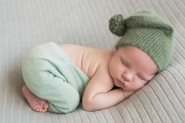 Pasgeboren baby slapen. gezond en medisch concept. gezond kind, concept van ziekenhuis en gelukkig moederschap. baby baby. gelukkige zwangerschap en bevalling. thema voor kinderen. baby- en kinderartikelen.