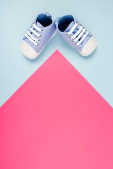 Pasgeboren babyconcept met schoenen