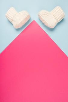 Pasgeboren babyconcept met sokken